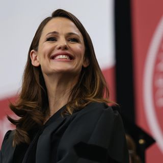 "maddieschrode on Instagram: """"It's a Jennifer Thing"" - An actual quote found on t-shirts yesterday . Actress, Jennifer Garner '94, gives the Commencement Address during Denison University's 2019 Spring Commencement on May 18, 2019. [For The Dispatch] . #dengrad #jennifergarner #denisonuniversity #granvilleohio #columbusdispatch"""