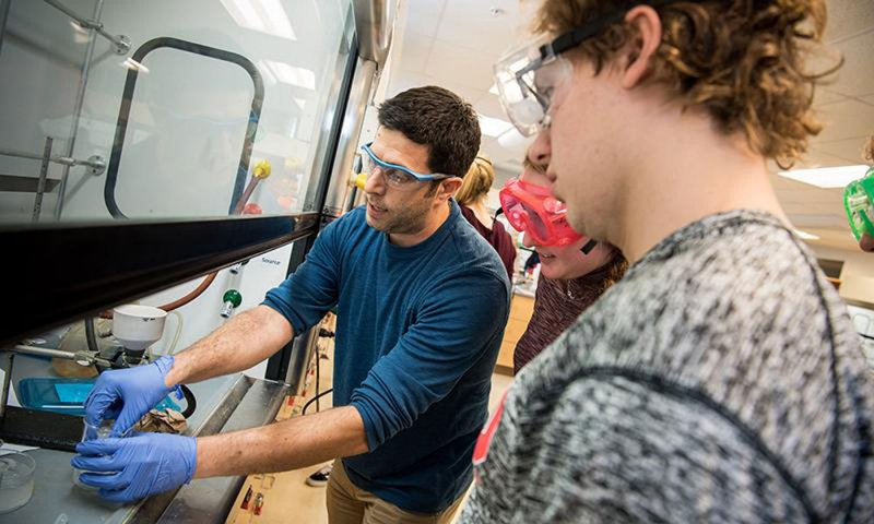 Associate Prof. Joe Reczek in the lab with a student