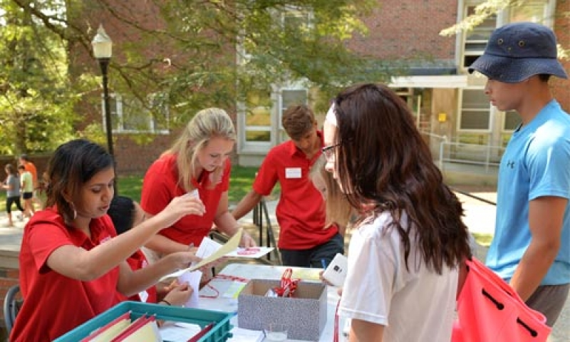 New students and staff members on Move-in Day