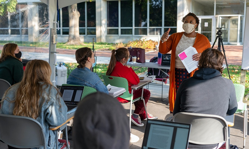 """Imani Holmes '19, leading an """"Intro to Global Health"""" class"""