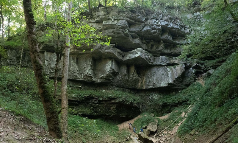 A field trip brings students in close contact with layered sediments and water erosion at the Cumberland Plateau.