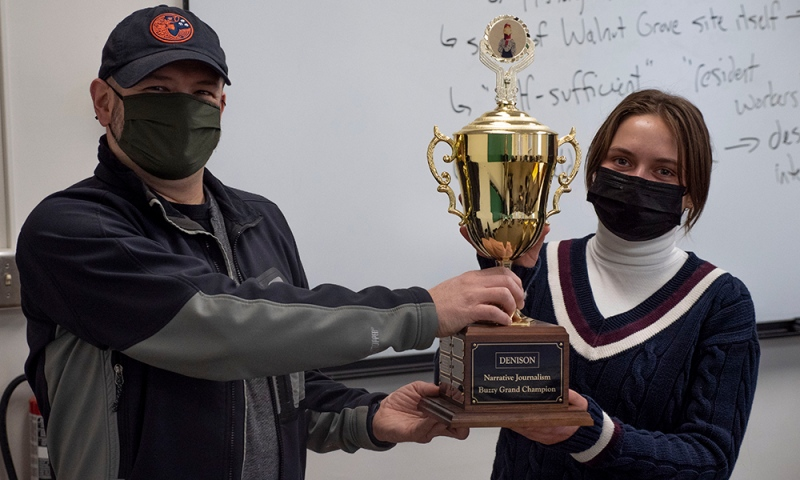 Professor Erik Klemetti presents Ava Goodwin '23 with the Grand Buzzy Champion Award